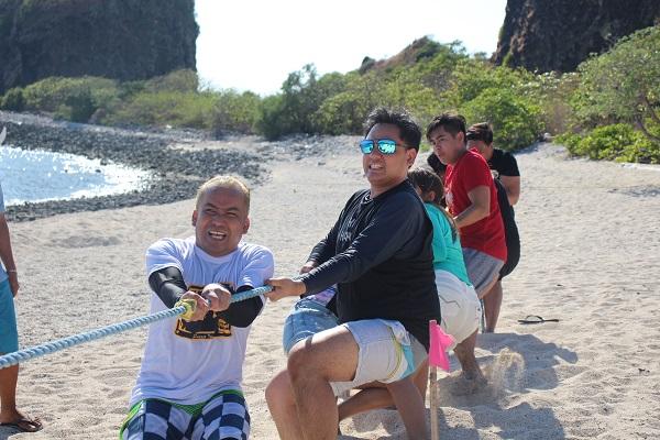thug of war at the beach in Batangas